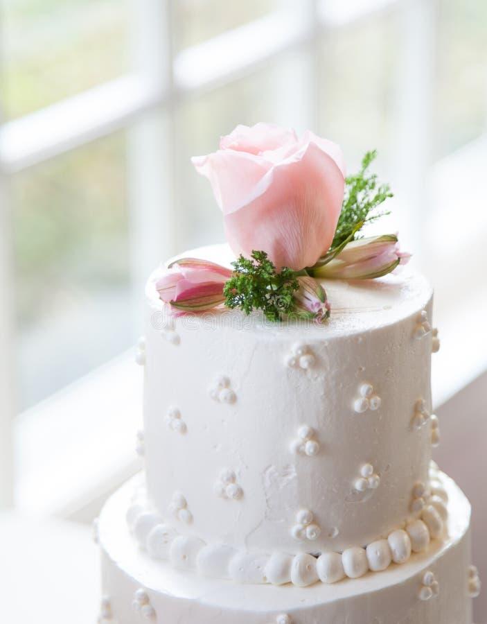 Prosty, Elegancki Ślubny tort, zdjęcie stock