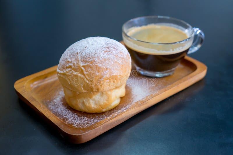 Prosty masło chleb z lodowacenie cukieru proszkiem na drewnianym talerzu fotografia royalty free