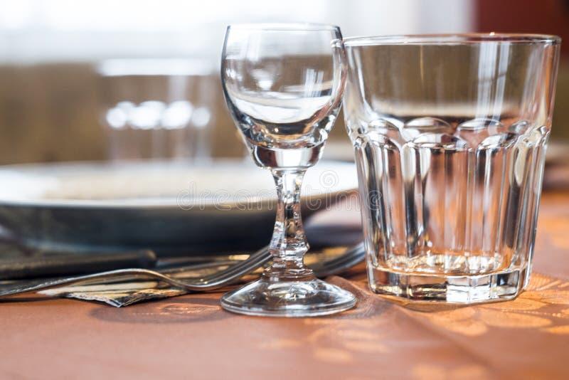 Prosty obrazek stołowy położenie z naczyniami, cutlery i szkło obraz royalty free