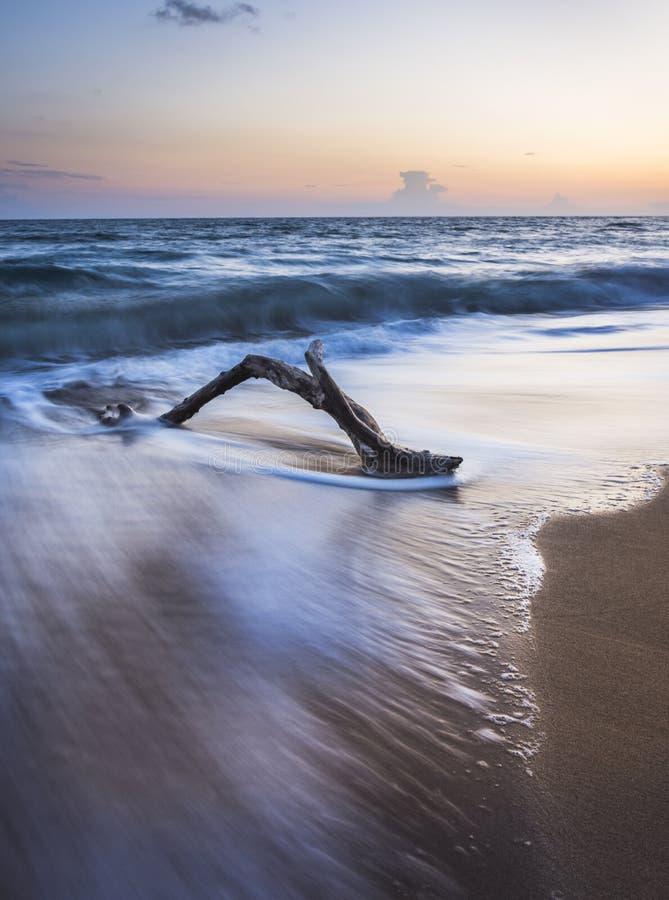 Prosty plażowy zmierzchu strzał w długim ujawnieniu kosmos kopii zdjęcia stock