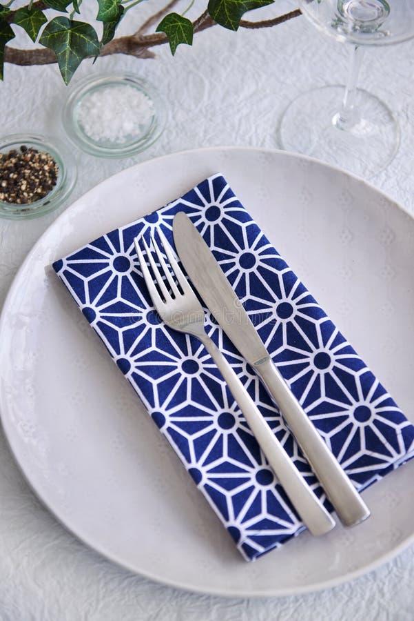 Prosty przyjęcie stołu miejsca położenia błękit i biel zdjęcie royalty free