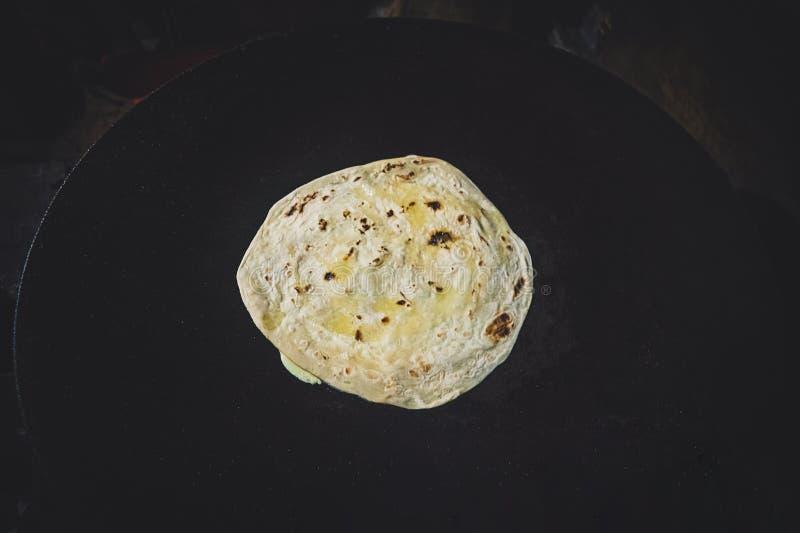Prosty Wheaten Płaski chleb Odizolowywający na Białego tła Odgórnym widoku obraz royalty free