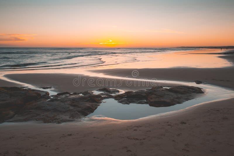 Prosty zmierzch przy Birubu plażą zdjęcia royalty free