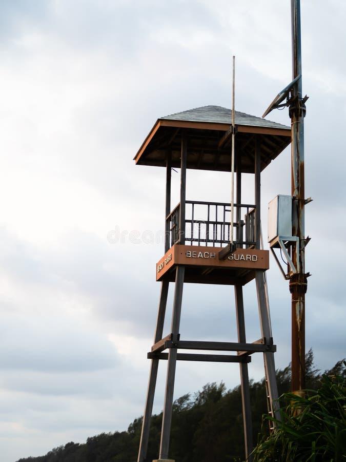 Prot?gez la tour, la garde de plage sur la plage photos stock