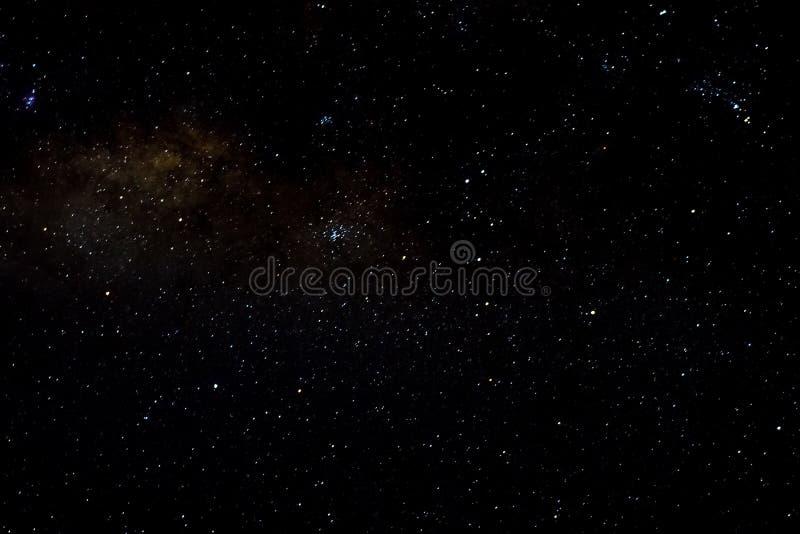 Protagoniza el fondo estrellado del negro del universo de la noche del cielo del espacio exterior de la galaxia imagen de archivo