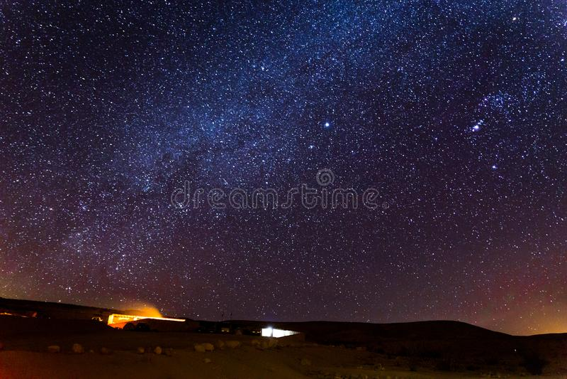 Protagoniza noche del cielo sobre el emplazamiento turístico que acampa, desierto Israel fotos de archivo libres de regalías