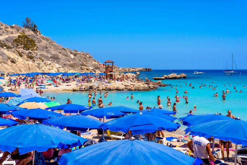 PROTARAS, CYPRUS - AUGUSTUS 18, 2016: Mensen die en bij Konnos-strand ontspannen zonnebaden royalty-vrije stock afbeelding