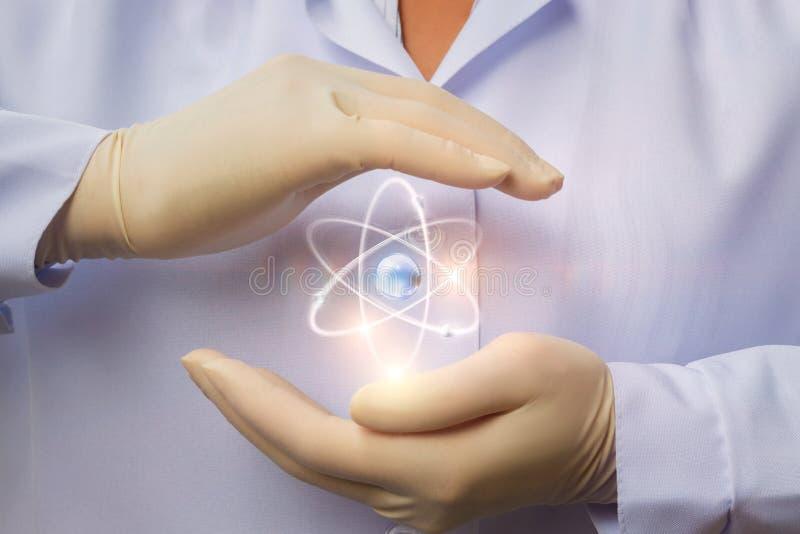 Proteção da energia nuclear calma nas mãos imagem de stock