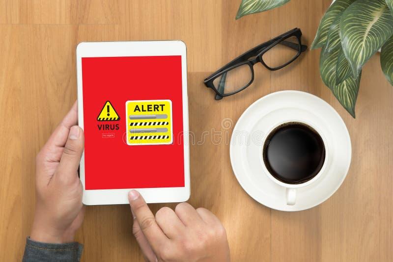 Proteção de advertência alerta do hacker do guarda-fogo da consultação de Digitas do vírus fotos de stock