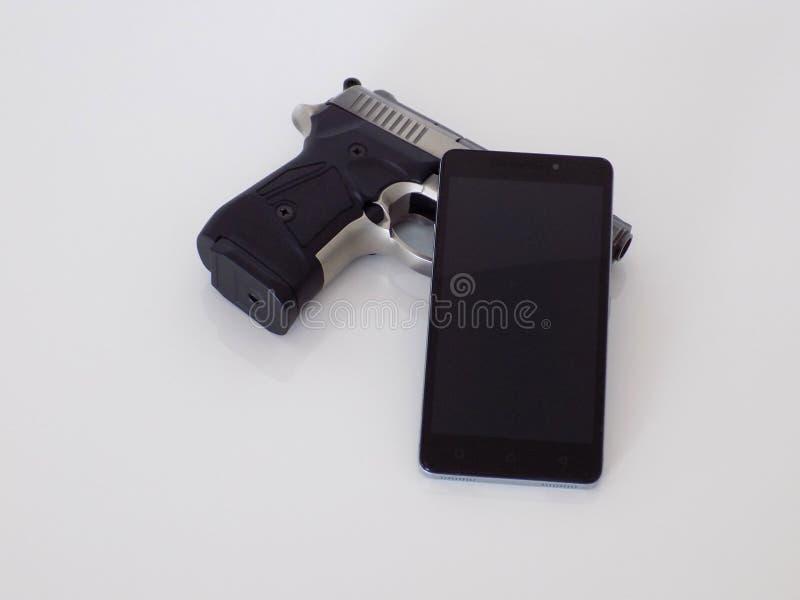 Proteção de dados - arma e telefone fotografia de stock