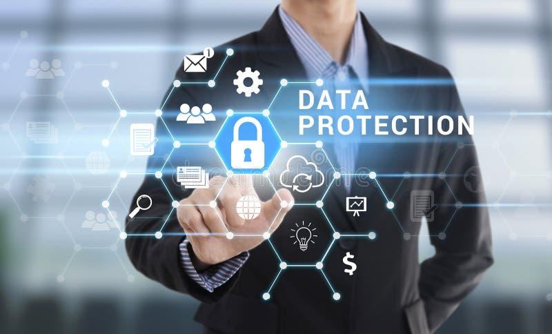 Proteção de dados do botão da pressão de mão do homem de negócios fotografia de stock royalty free