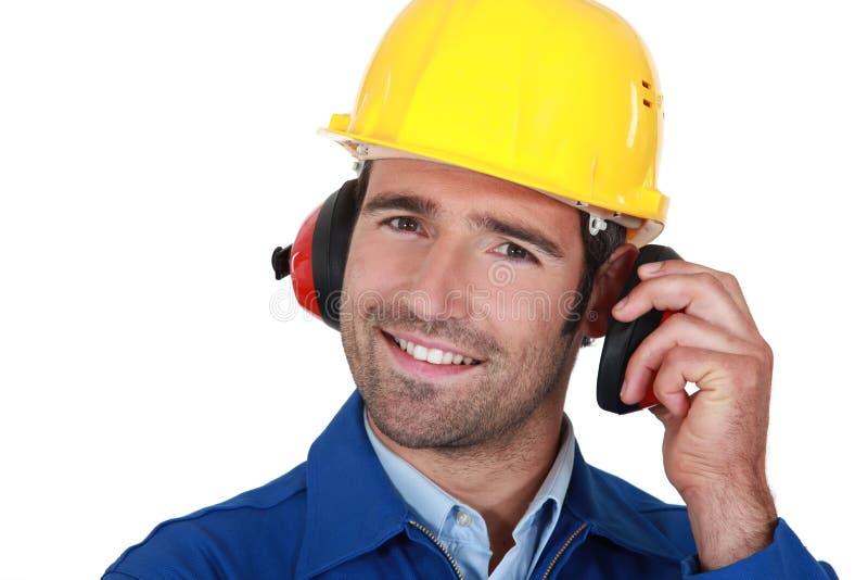Proteção de orelha vestindo do construtor imagens de stock royalty free