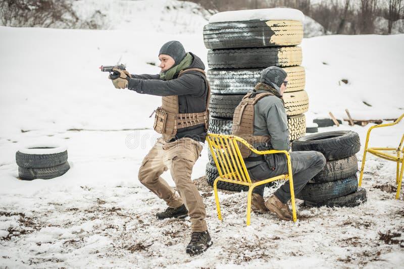 Proteção de segurança da escolta e dos povos do VIP Treinamento do tiro da arma do combate fotografia de stock