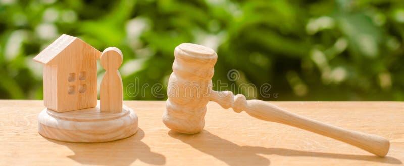 A proteção dos direitos e da confiscação da propriedade julga o martelo e a figura de madeira e humana Conceito de justiça e do l fotografia de stock