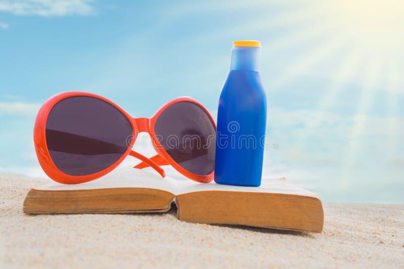 Proteção solar com vidros no livro foto de stock