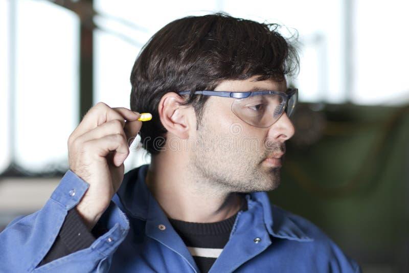 Protección auditiva en el trabajo foto de archivo