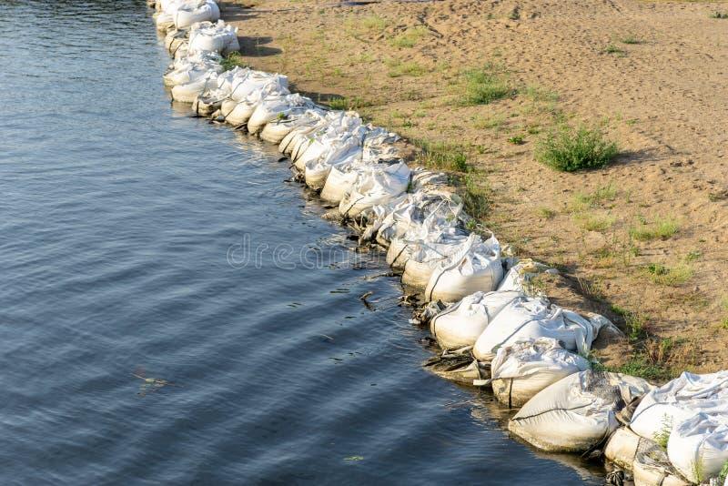 Protección contra inundaciones o prevención en la orilla de un río fotos de archivo libres de regalías