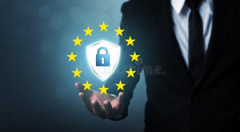 Protección de datos general GDPR de regla de la muestra de la tenencia de la mano del hombre de negocios y escudo fotos de archivo