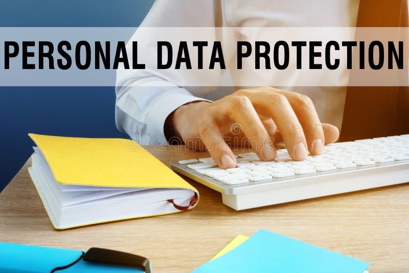 Protección de datos personal Encargado que mecanografía en el teclado imagen de archivo libre de regalías