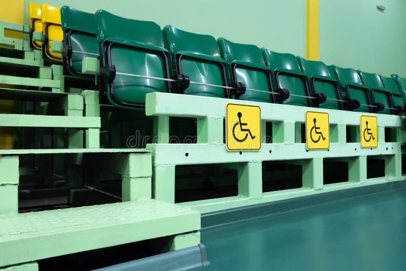Protección de las derechas de personas con incapacidades Lugares para la gente con el sistema musculoesquelético empeorado en el  imagen de archivo libre de regalías