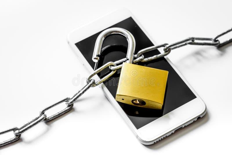 Protección del smartphone del concepto en el fondo blanco imagen de archivo libre de regalías
