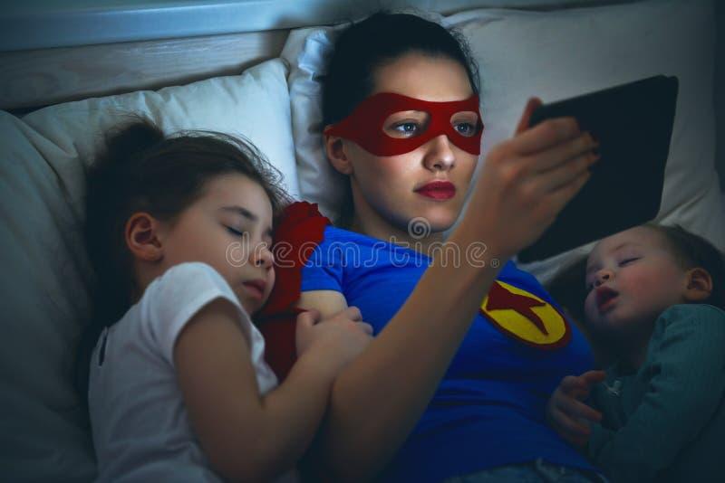 Protección del super héroe de la madre fotografía de archivo libre de regalías