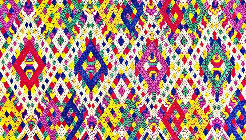 Protección rasgada vintage peruano de seda colorido de la superficie de la manta del estilo de la artesanía de Laos viejo hecha d fotografía de archivo