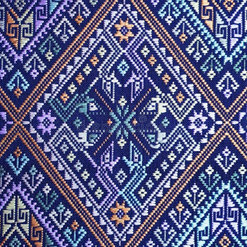 Protección rasgada vintage peruano de seda tailandés colorido de la superficie de la manta del estilo de la artesanía viejo hecha fotografía de archivo libre de regalías