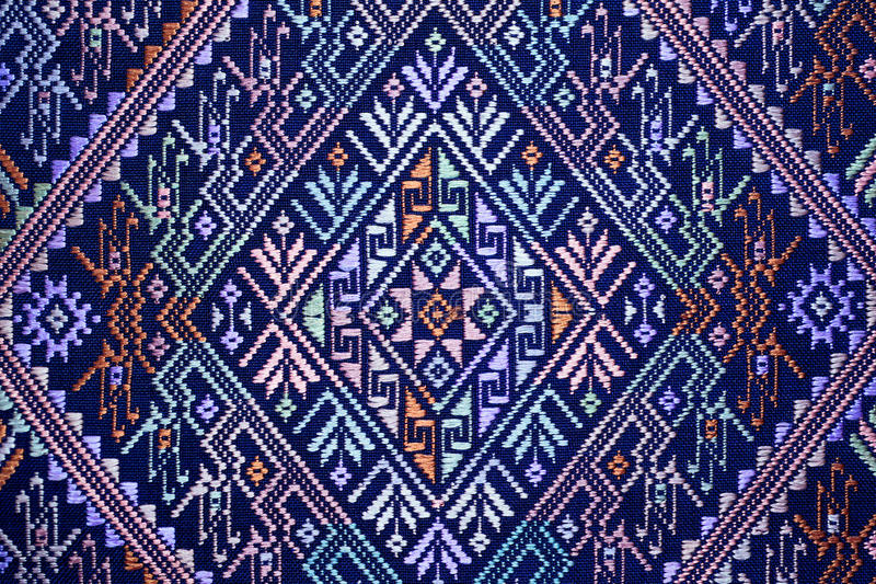 Protección rasgada vintage peruano de seda tailandés colorido de la superficie de la manta del estilo de la artesanía viejo hecha foto de archivo