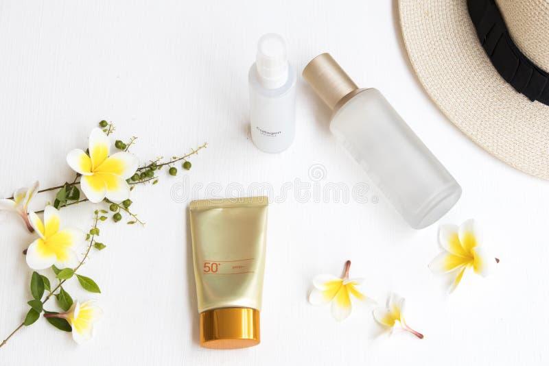 Protección solar natural spf50 de los cosméticos, la primera terapia de suero y espray de agua del colágeno foto de archivo libre de regalías