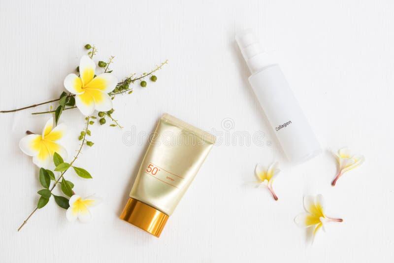 Protección solar natural spf50 de los cosméticos y espray de agua del colágeno imagen de archivo libre de regalías