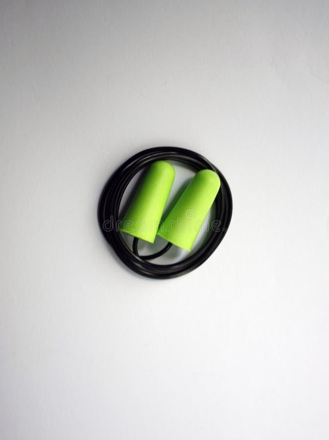 Protección verde del ruido del auricular para la seguridad profesional en un fondo blanco Primer foto de archivo libre de regalías