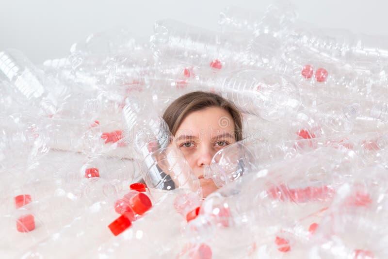 Protecci?n del medio ambiente, gente y concepto pl?stico reciclable - mujer agotada referida a desastre del ambiente foto de archivo