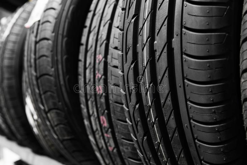 Protecteur des pneus d'automobile Un certain nombre de pneus d'automobile Fermez-vous vers le haut de la vue sur la nouvelle surf photo libre de droits