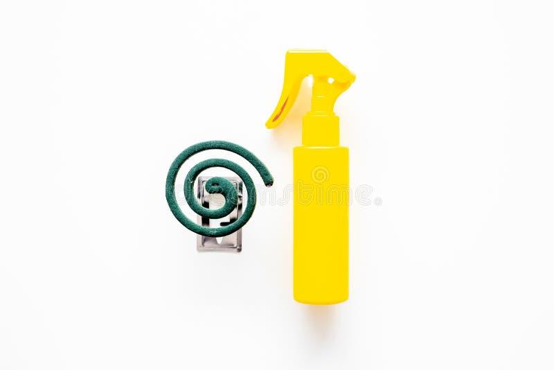 Protecteurs de moustique Personne et pour l'espace ouvert Spirale verte et jet sur l'espace blanc de vue supérieure de fond pour  image stock