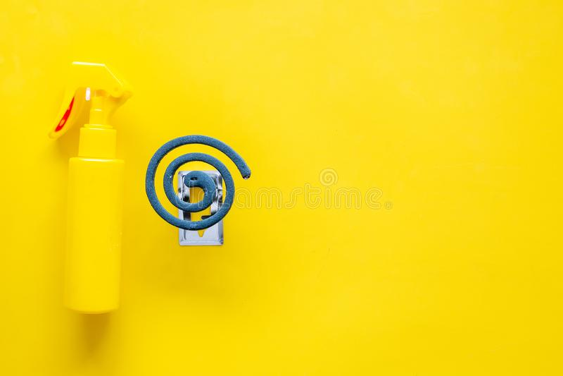 Protecteurs de moustique Personne et pour l'espace ouvert Spirale verte et jet sur l'espace jaune de vue supérieure de fond pour  images libres de droits