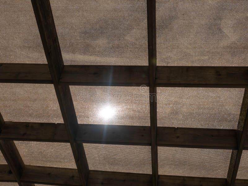 Protection écologique contre la lumière du soleil contre le tissu et les cadres en bois pour créer une ombre dehors photo stock