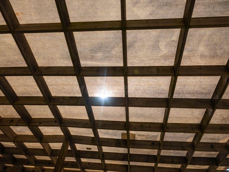 Protection contre la lumière du soleil contre le tissu et les cadres en bois pour créer une ombre dehors image libre de droits