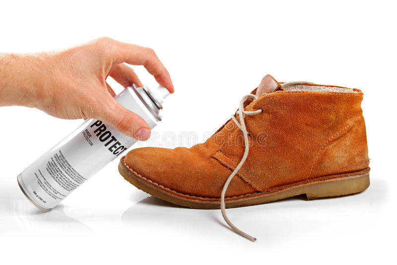 Protection de chaussure du suède des hommes avec le jet photos stock