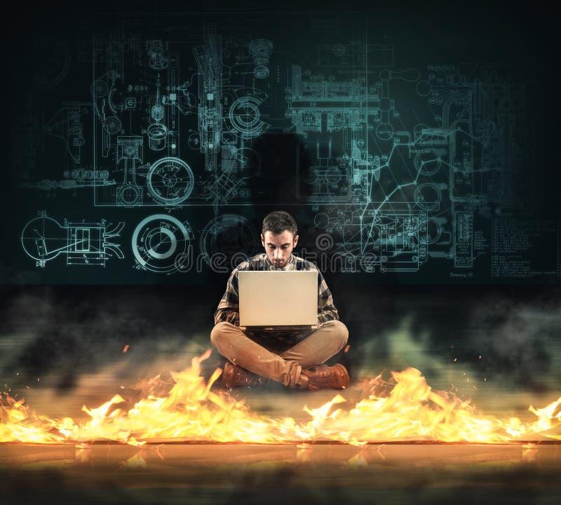 Protection de tablier Homme travaillant sur l'ordinateur portable devant un pare-feu photo libre de droits