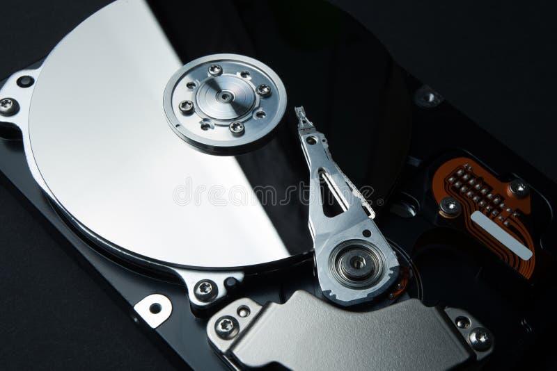Protection des données et de l'information personnelle sur l'Internet Disque dur et une tête d'enregistrement sur un fond noir photos stock