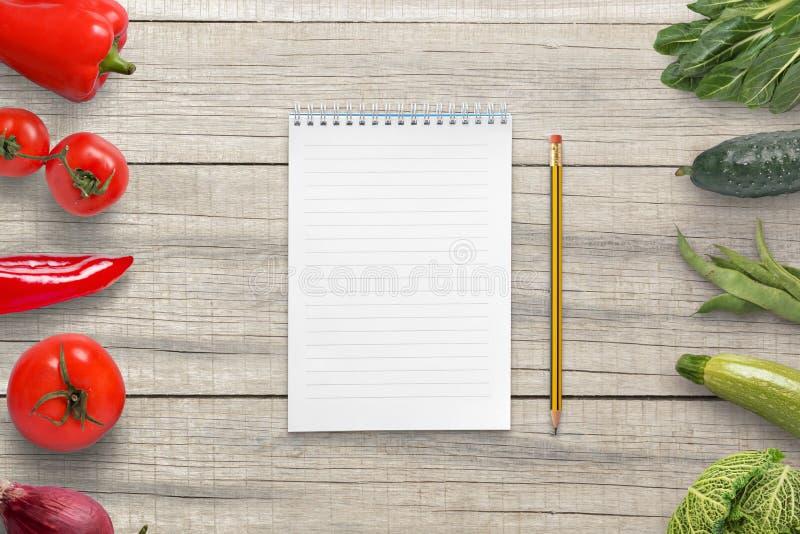 Protection et crayon pour écrire une liste végétarienne d'ingrédients Papier vide pour le texte images libres de droits