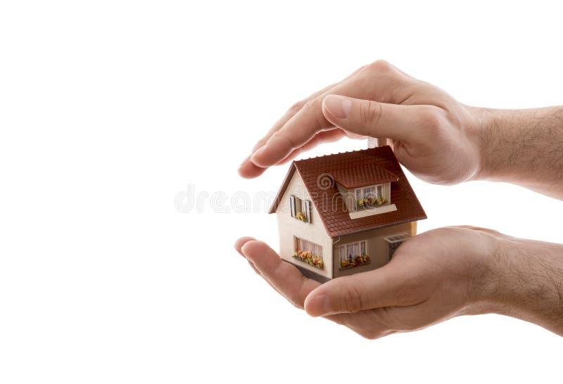 Protection ? la maison Petite maison couverte à la main d'isolement sur le fond blanc photos stock