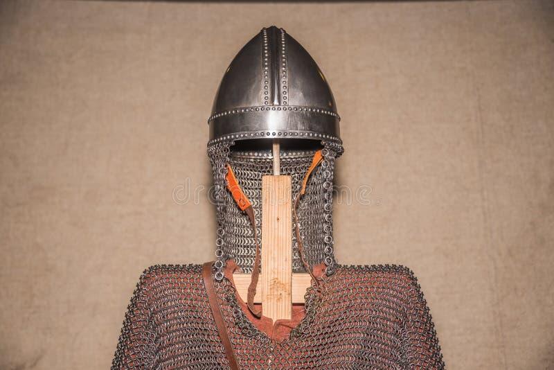 Protection médiévale de casque et de corps d'armure photo stock