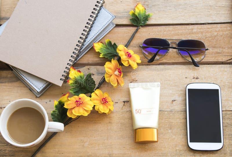 Protection solaire pour le visage de peau de soin de heatlh avec des accessoires de femme de mode de vie photos libres de droits
