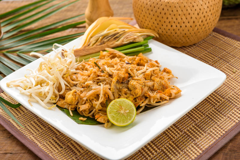 Protection thaïlandaise de nourriture thaïlandaise, nouilles de sauté avec la crevette et x28 ; chinese& x29 ; , adju photographie stock