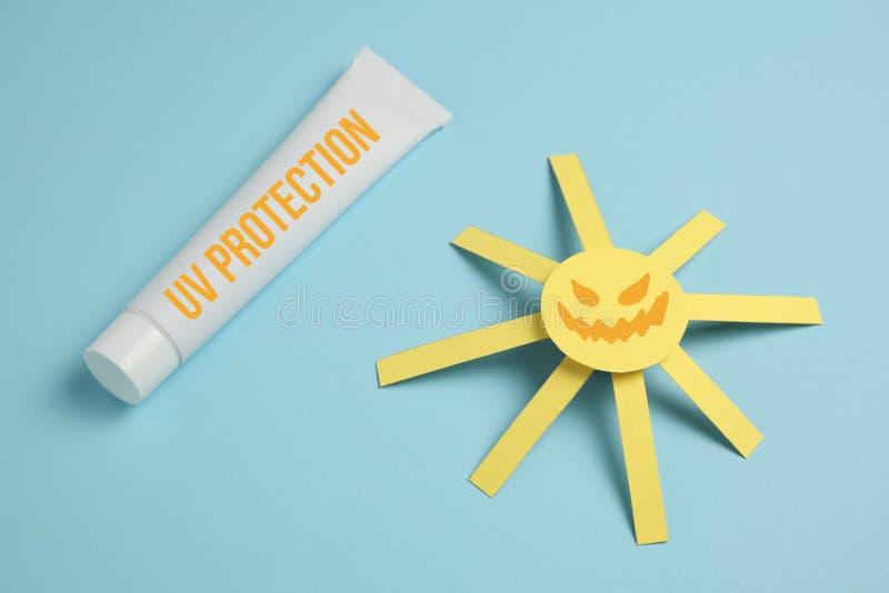 Protection ultra-violette, protection solaire pour la peau Crème anti-vieillissement de dermatologie Coup de soleil sur la plage photos stock