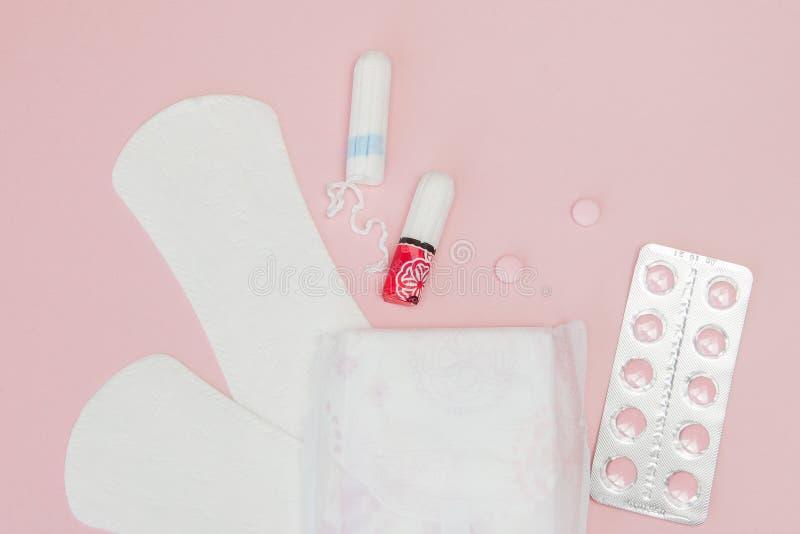 Protections sanitaires et tampons et pilules sur le fond rose Jours critiques de femme, cycle gyn?cologique de r?gles menstruatio photographie stock libre de droits