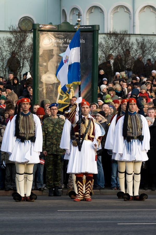 Protector de color griego en el desfile militar imagen de archivo
