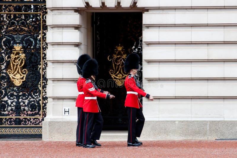 Protectores Buckingham Palace exterior, Londres fotos de archivo libres de regalías